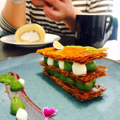 甜點型與味兼具,美麗且精緻,千層派皮酥脆卡士達跟抹茶內餡意外合拍,氣氛好,服務也好。