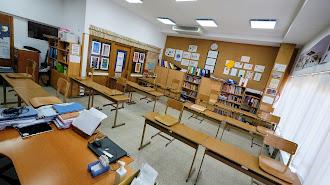 Pupitres separados en un aula acondicionada para el inicio del nuevo curso.