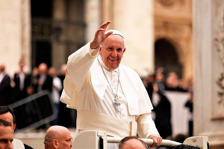 Vị khách hành hương tí hon nhận được sự chúc lành lớn từ Đức Thánh Cha Phanxico