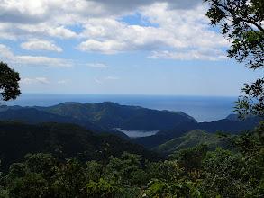 古和浦湾と天神山(中央左)