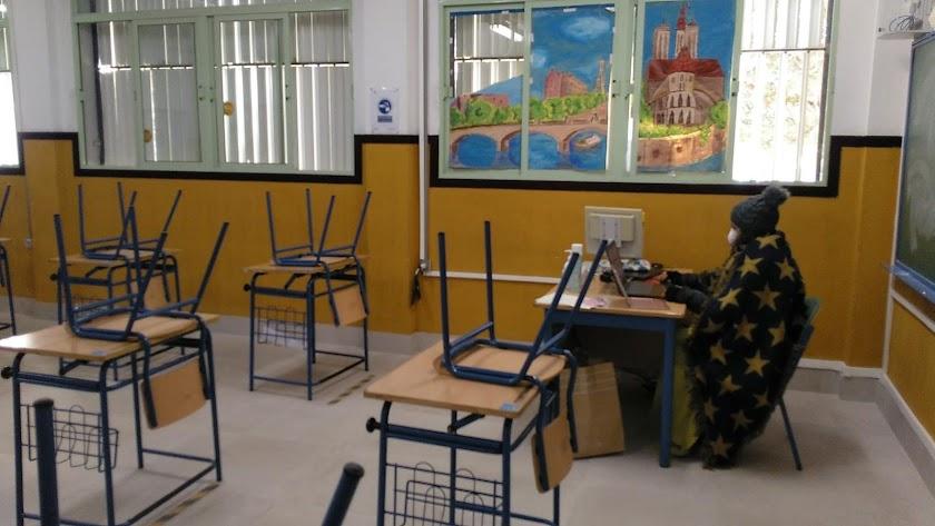 Profesores y alumnos deben acudir abrigados para combatir el frío , como en esta aula del IES Río Aguas de Sorbas.
