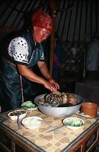 Photo: 03179 ブルド/ハスバータルイ家/夕食/塩ゆでにした内臓料理/少しずつナイフで切り取って食べる