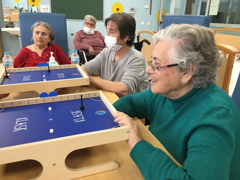 Los mayores con los tableros de klask.