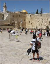Photo: Иерусалим. А за стеной уже мусульманские святыни. Вот еврейский мальчик и чешет затылок.
