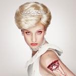 model als prinses Diana met bloedende wond van half in arm gestoken ster