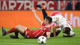 Lewandowski recibe una clara falta de Mercado.