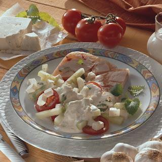 Gurken-Schafskäse-Salat auf Geflügelaspik