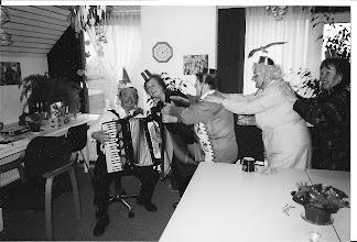 Photo: Carnaval in zorgcentrum Agnes, met muzikant Ab Glas ''begeleidster Annemarie'' de achterste begeleidster ken ik niet van naam. Derde van links Jopie en mijn moeder. Geweldig heeft ze het in  Agnes en met de mensen om haar heen  gevonden. Bij de dagopvang heeft ze nog een aantal jaren kunnen genieten. Op 85 jarige leeftijd is ze in Agnes gaan wonen. Jammer dat het niet langer is geweest dan 8mnd.
