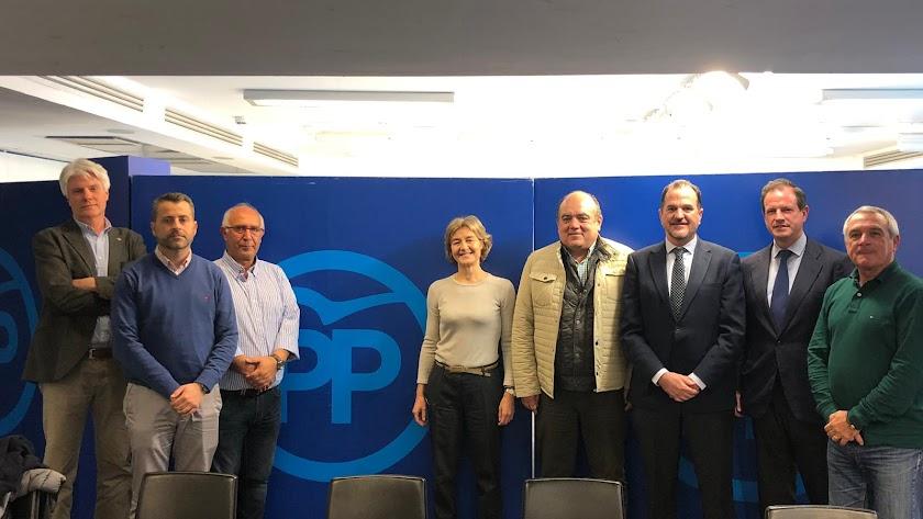 Representantes de armadores y cofradías en el encuentro mantenido ayer en la sede del PP en Madrid.