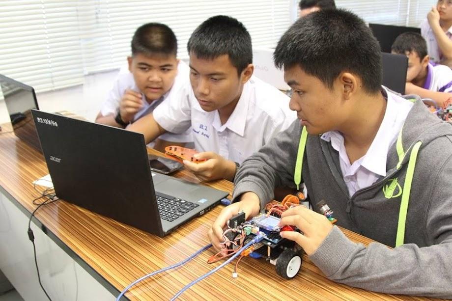 นำนักเรียนอบรมการแข่งขันหุ่นยนต์ ส.ส.ท. ยุวชน ชิงแชมป์ประเทศ