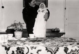 Photo: P fam Muilenburg; 1963 Willemke Cornelia gaat gedoopt worden.
