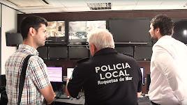El ingeniero Ramón González, y concejal Fracisco Gutiérrez supervisan las pantallas.