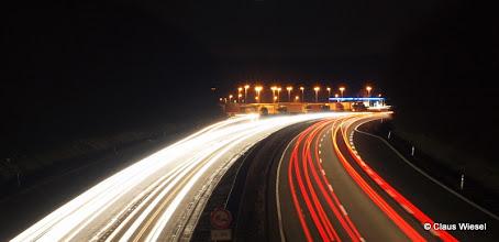 Photo: Die A 45 mit Sicht auf die Raststätte Siegerland West bei Nacht.