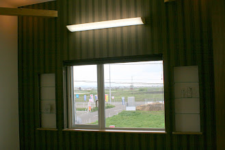 Photo: 外断熱工法の壁厚を利用した飾り棚。