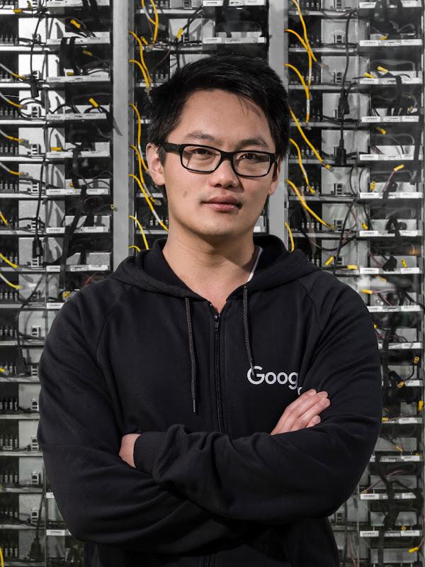 Technicien debout devant le mur d'un centre de données