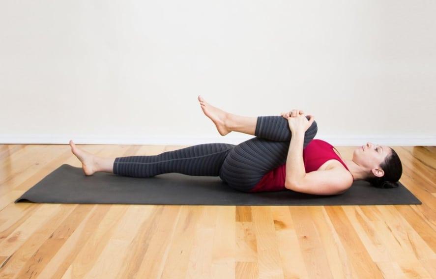 2. การนอนราบโดยให้แผ่นหลังติดพื้น และยืดเหยียดกล้ามเนื้อหลัง