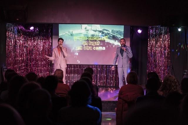 Ser más hombre planteó un karaoke al que dieron vida, voz  e interpretación genial Javier Parra y Javier Faba.