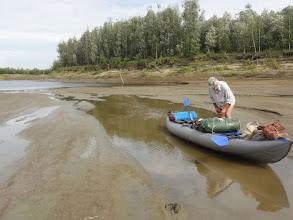 Photo: Обские протоки обмелели, лодку приходится тащить. Протока Кульунлэнгпосл