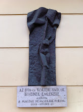 Photo: Pamětní deska na počest hrdinům, kteří bojovali na tomto místě v centru Budapešti v roce 1956 proti stalinistické diktatuře a sovětské okupaci.