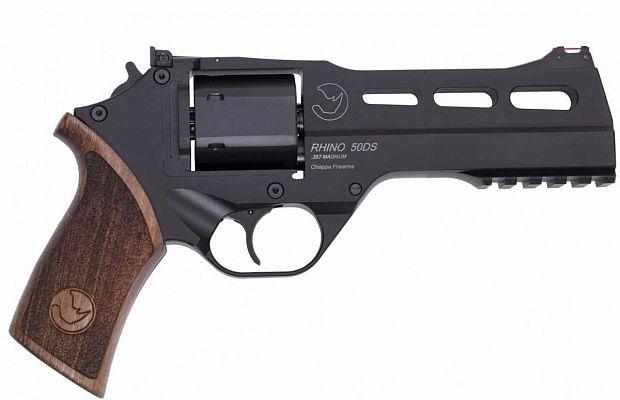 Chiappa Rhino— револьвер, укоторого отдача после выстрела уходит прямо вруку стрелка, аневверх, что делает стрельбу более точной.