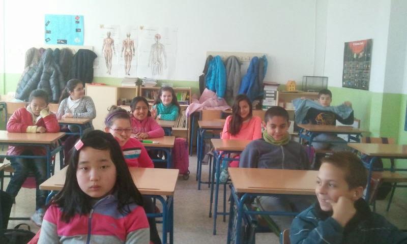 Photo: Alumnado de 5º curso eligiendo el tema de la encuesta