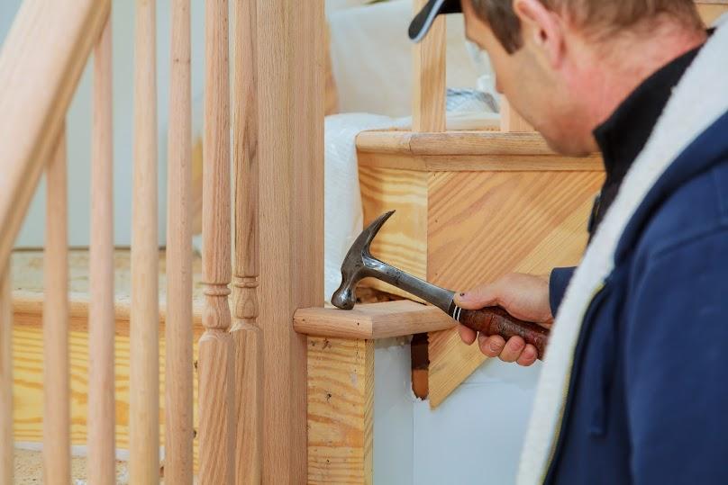Schody drewniane możemy zamontować samodzielnie lub wynająć ekipę fachowców
