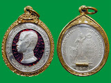 เหรียญ รัชกาลที่ 5 ทรงยินดี เนื้อเงิน ลงยาสีแดง ที่ระลึกสร้าง โรงพยาบาลพานทอง จ.ชลบุรี ปี 2535 + ตะกรุดทองฝังแขนหลวงพ่อคูณ พร้อมเลี่ยมทอง