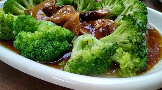 Salteado de brócoli con atún y setas: así puedes prepararlo para cenar