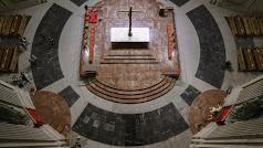 Losetas de mármol negro sobre el espacio que ocupó la tumba de Francisco Franco, en el Valle de los Caídos.