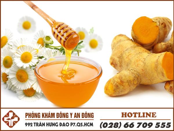 Chữa đau dạ dày bằng nghệ và mật ong.