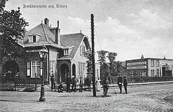 Photo: 1917 - Broekhovenseweg met rechts de ingang van de Groenstraat met de fabriek van landbouwmachines van Manille Bogaerts, gebouwd in 1911. Later was er een kinderwagenfabriek Mutsaers in gevestigd. Links huize Agricultura aan de Broekhovenseweg 160, woning van M.A.C. Bogaerts. Later werd het herdoopt tot Castagnola en was het woonhuis annex praktijkruimte van dr. Schuerman, de bekende oud-voorzitter van voetbalclub Willem II.