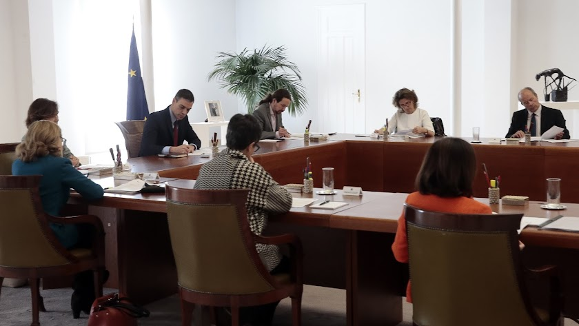 Pedro Sánchez preside el Consejo Extraordinario de Ministros para aprobar el RD de estado de alarma.