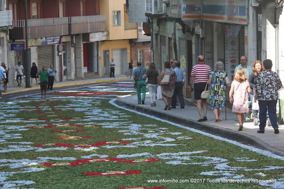 Las calles se conviertieron en grandes lienzos pintados con flores