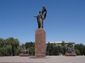 """Photo: Město je prakticky bez historických památek (byl založen až na konci 19. století jako ruská pevnost), takže nejzajímavější tu jsou pomníky, kterými je město doslova prošpikováno. Např. pomník """"Martyrs of the Revolution"""" slouží jako vzpomínka mučedníků revoluce. V čele dominuje socha socialistické organizátorky Urkuye Salievy (1910-1934), doplněná dvěma sochami """"probouzejícího se proletariátu""""."""