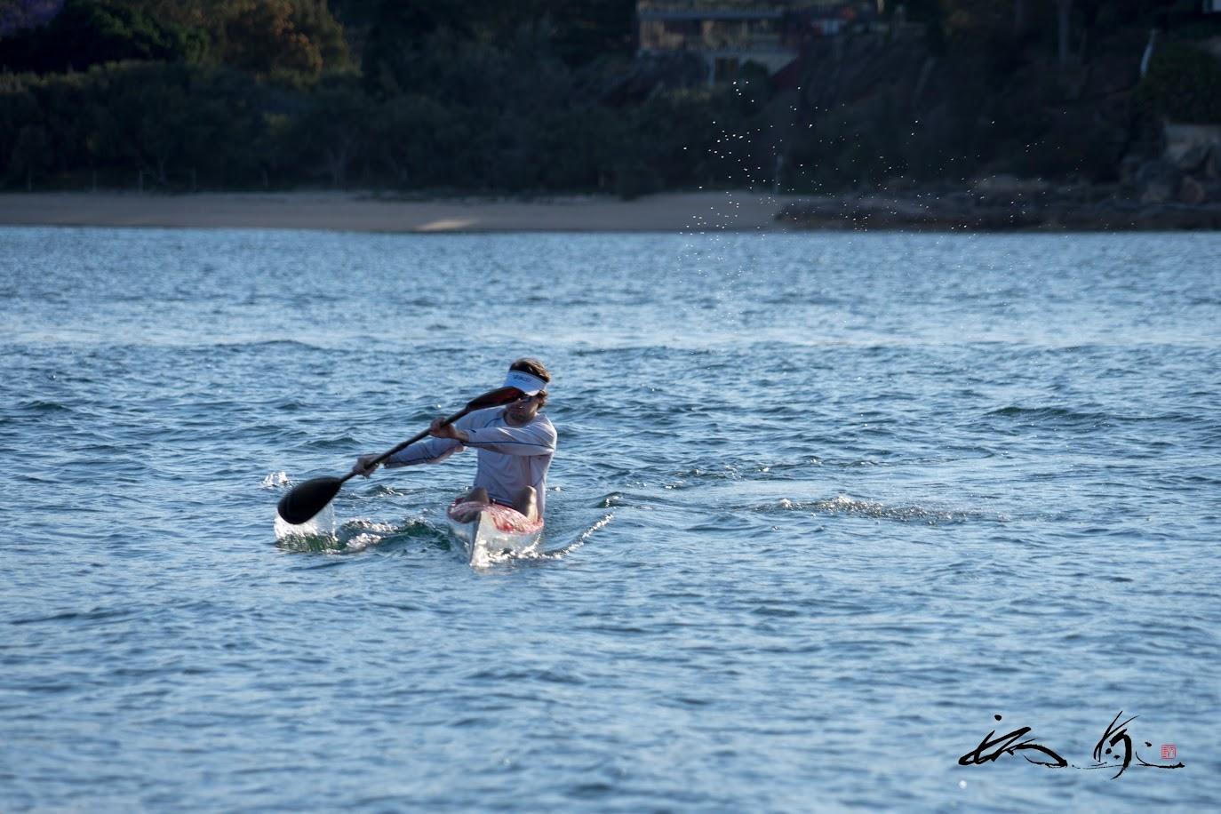 波に乗るカヌー
