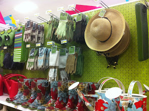 Photo: Me encantó esta área en donde pude encontrar muchas cosas lindas de jardinería, perfecto para mi regalo, compré el sombrero, entre otras cosas, pero resistí la tentación de comprarme una de esas botas floreadas, ¿acaso no son super lindas?