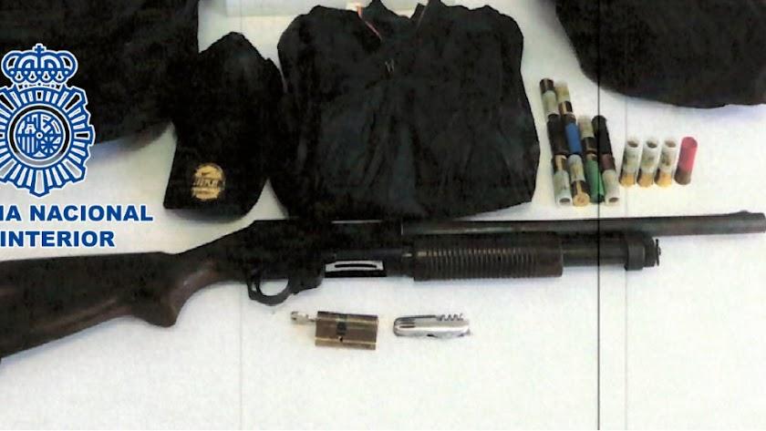 Arma intervenida por la Policía Nacional.