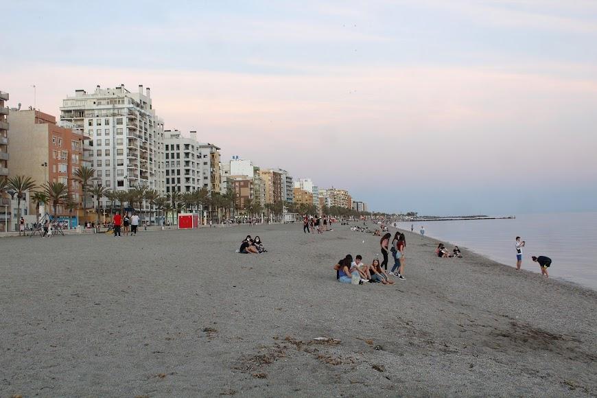Aspecto de la Playa de San Miguel a las ocho y media de la tarde.
