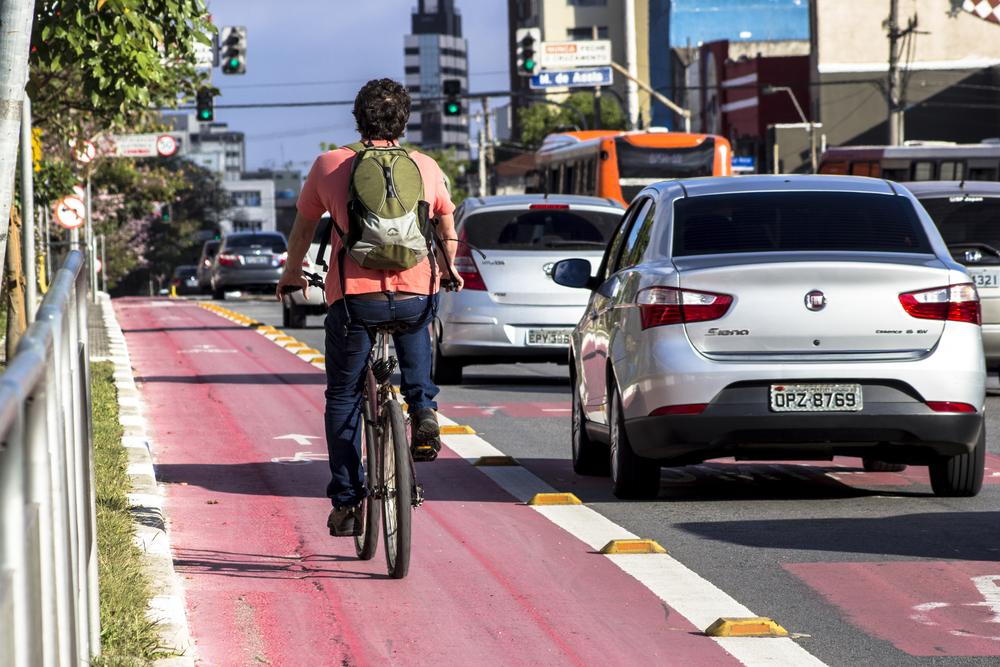 Para Ana Carboni, mais do que criar ciclovias, é preciso aprimorar as políticas de segurança no trânsito. (Fonte: Shutterstock)