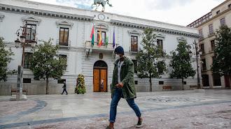 Un ciudadano paseando por la plaza del Ayuntamiento de Granada.