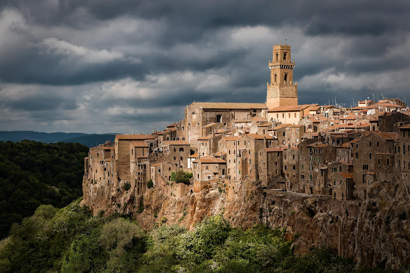 Pitigliano before the storm di Nico Angeli Photography