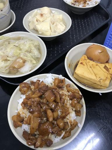 滷肉飯肥肉比例較高很香,適合愛吃肥肉的人~湯品、滷白菜、滷竹筍、豆腐都好吃😋整天都要排隊