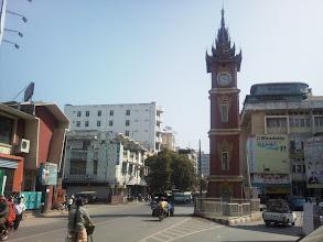 Photo: Mandalay - jedna z mála křižovatek řízena semafory. Takové pěkné hodiny by se v Brně hodily na srazy.