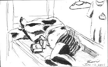 Photo: 酷暑難耐2011.06.12鋼筆 狹窄悶熱的房裡只有一支吊扇、一支抽風機,不開封的假日,收容人既要打發無聊的時間,又得要對抗攝氏三十度的高溫,在房內是不准打赤膊和沖涼的,只能露個肚子,使用自購的巴掌大的電扇,不過想也知,怎可能會涼呢?收容人的電器全都要靠電池,大家或許不知道,監所收容人是全國購買乾電池最大宗的客戶…