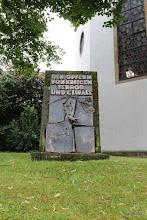 Photo: Pomnik ofiar wojny i terroru przed kościołem
