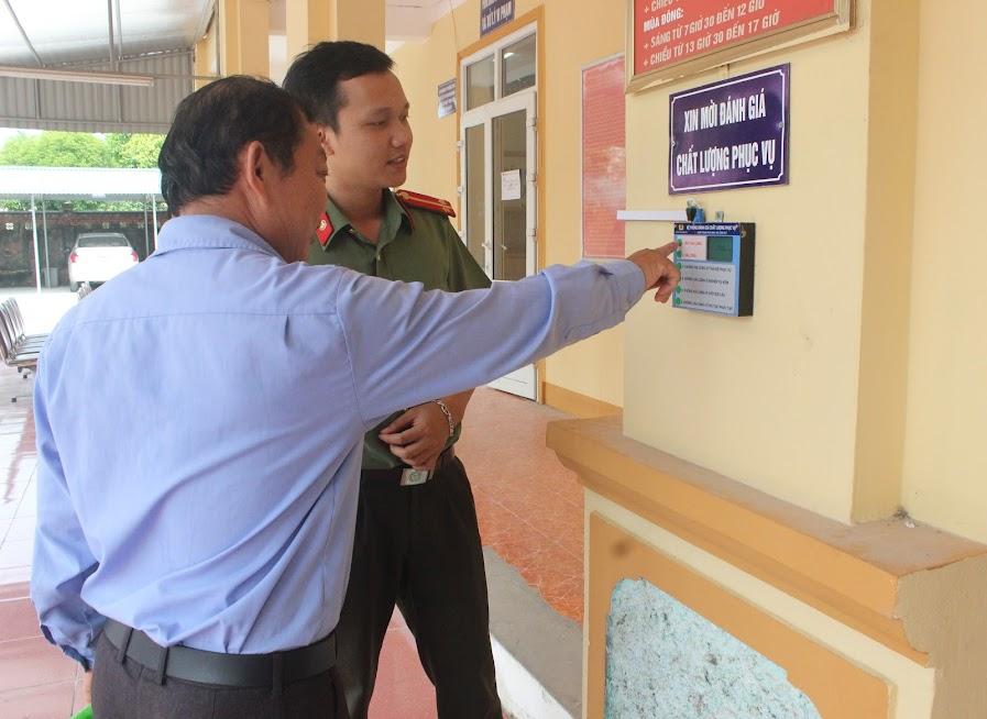 """Công an huyện Hưng Nguyên hướng dẫn người dân thực hiện việc khảo sát mức độ hài lòng đối với việc giải quyết thủ tục tại """"Bộ phận một cửa"""" của đơn vị"""
