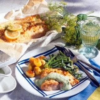 Gebratenes Lachsfilet mit Kräuter-Mayonnaise, Butter-Bohnen und Röstkartoffeln