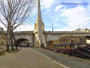 Photo: Pont de la Tournelle, le dernier avant de rejoindre la Cathédrale Notre-Dame -e-guide balade à vélo de Bercy Village à Notre-Dame par veloiledefrance.com