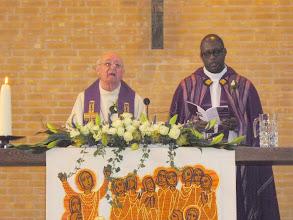 Photo: De gezongen geloofsbelijdenis door gemeente en pastores.
