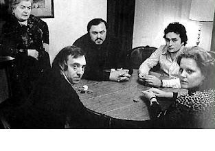 Photo: KARTENPARTIE IN LONDON etwa 1975. Giacomo Aragall, Luciano Pavarotti, José Carreras, Katia Ricciarelli. Links die Mutter Katias. Foto: Sammlung Krammer